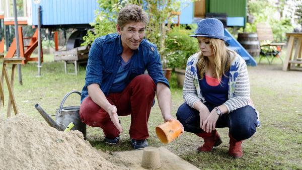 Eine Skulptur aus Sand? Fritz (Guido Hammesfahr) und Charlie (Géraldine Raths) suchen das geeignete Baumaterial. | Rechte: ZDF/Antje Dittmann