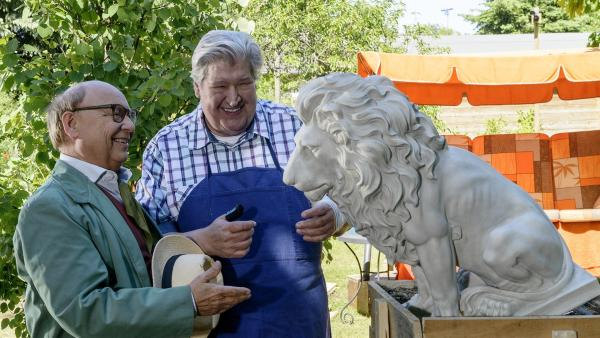 Professor Nachtigall (Hans-Joachim Heist, l.) freut sich auch bei Herrn Paschulke (Helmut Krauss, r.) im Garten 'große Kunst' zu entdecken. | Rechte: ZDF/Antje Dittmann