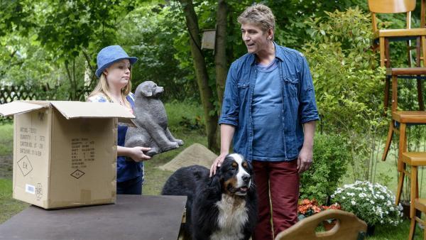 Charlie (Géraldine Raths) präsentiert Fritz (Guido Hammesfahr) und Keks stolz ihre selbst gemachte Skulptur für ihre Bewerbung an der Kunsthochschule in Bärstadt. | Rechte: ZDF/Antje Dittmann