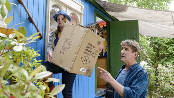 Vorsicht! Fritz (Guido Hammesfahr) will Charlie (Géraldine Raths) helfen, die zerbrechliche Figur zu transportieren. | Rechte: ZDF/Antje Dittmann