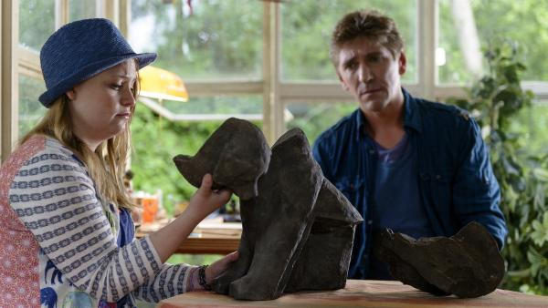 Ein großes Malheur ist passiert, die von Hand gefertigte Steinfigur ist kaputt. Fritz (Guido Hammesfahr) versucht Charlie (Géraldine Raths) zu trösten. | Rechte: ZDF/Antje Dittmann