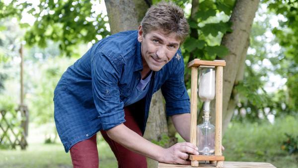 Sand ist etwas wunderbares, Fritz (Guido Hammesfahr) hat viele Ideen, was man damit machen kann. Eine Uhr zum Beispiel. | Rechte: ZDF/Antje Dittmann