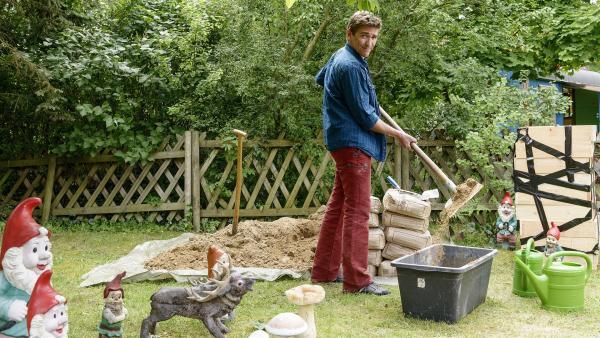 Zum Bauen wird besonderer Sand verwendet. Um davon von Herrn Paschulke etwas zu bekommen, hilft Fritz (Guido Hammesfahr) ihm, Beton anzurühren. | Rechte: ZDF/Antje Dittmann