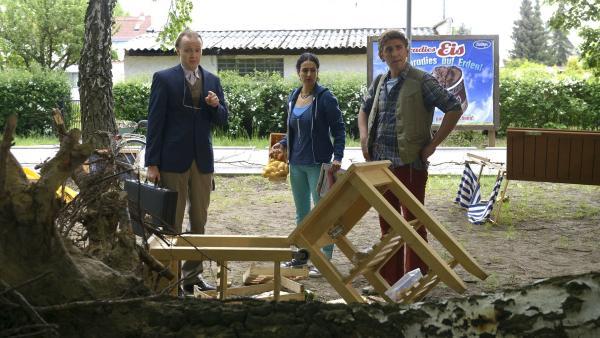 Dort wo gestern noch der Kiosk stand, sind nach dem nächtlichen Unwetter nur noch Trümmer. Herr Kluthe (Holger Handtke), Yasemin (Sanam Afrashteh) und Fritz (Guido Hammesfahr) sind sprachlos.   Rechte: ZDF/Antje Dittmann