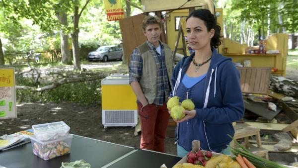 Fritz (Guido Hammesfahr) steht seiner Freundin Yasemin (Sanam Afrashteh) bei. Der Sturm hat ihren Kiosk zerstört und Geld für einen neuen hat sie nicht.   Rechte: ZDF/Antje Dittmann