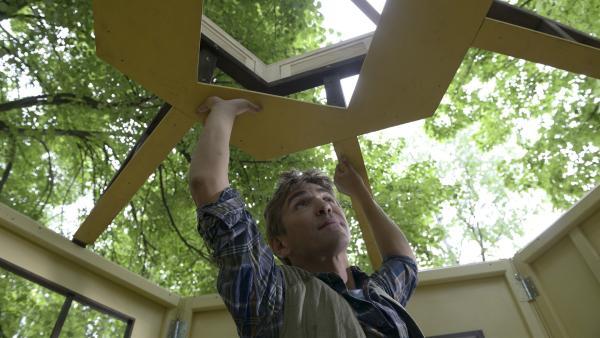 Wer, wenn nicht Fritz Fuchs (Guido Hammesfahr), kann einen neuen Kiosk bauen? Das Grundgerüst steht schon mal.   Rechte: ZDF/Antje Dittmann