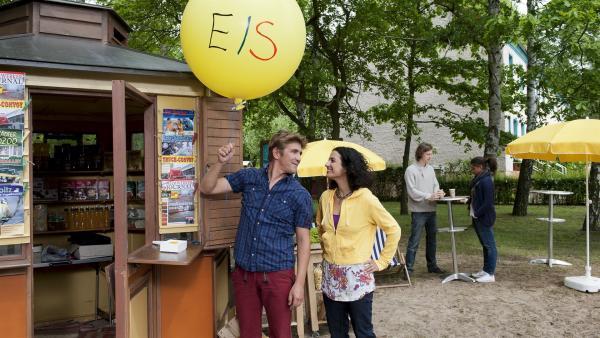 Sieht aus wie ein Werbeballon, aber eigentlich ist es eine List.  Fritz (Guido Hammesfahr, l.) und Yasemin (Sanam Afrahsteh, r.) versuchen den Übeltäter zu finden, der Heftzwecken am Kiosk ausstreut - ob das klappt? | Rechte: ZDF /Antje Dittmann