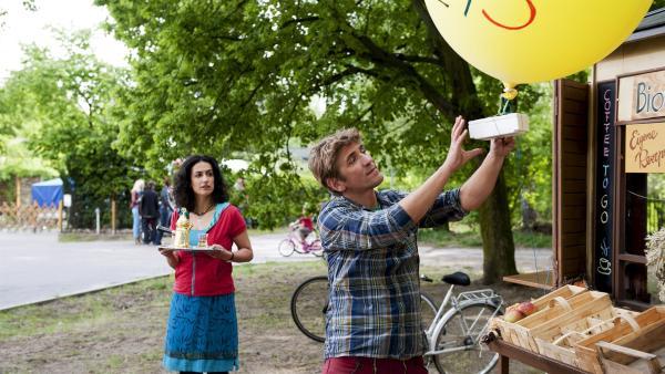 Mit einer kleinen Kamera am Ballon will Fritz (Guido Hammesfahr, r.) Yasemins (Sanam Afrashteh, l.) Kiosk in der Nacht überwachen. | Rechte: ZDF / Antje Dittmann