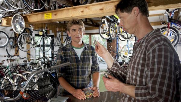 Fritz Fuchs (Guido Hammesfahr, l.) kauft beim unerwartet geschäftstüchtigen Fahrradhändler (Martin Schneider, r.) ein. | Rechte: ZDF / Antje Dittmann