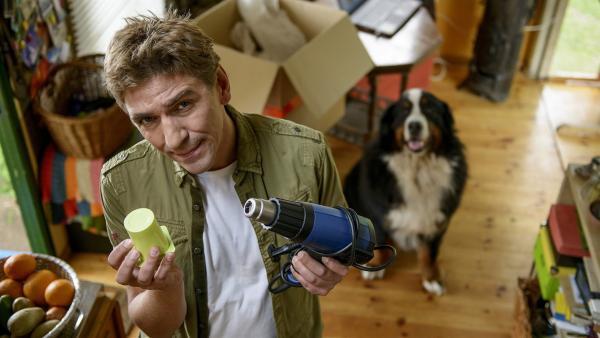 Fritz Fuchs (Guido Hammesfahr) ist bereit für ein Plastik-Experiment. | Rechte: ZDF/Antje Dittmann