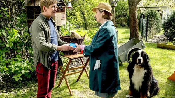 Endlich naht Hilfe bei der Fütterung der Tierbabys. Fritz Fuchs (Guido Hammesfahr, l.) freut sich über die Unterstützung von Frau Kluthe (Margot Nagel, r.).   Rechte: ZDF/Ole Schwarz
