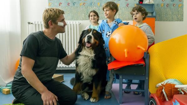 Wie kommt Hund Keks zu den Kindern ins Krankenhaus? Fritz Fuchs (Guido Hammesfahr, l.) kann sich das nicht erklären. | Rechte: ZDF/Ole Schwarz