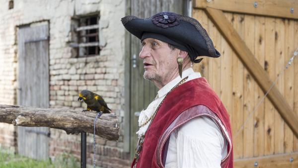Der alte Pirat (Werner Lustig) und sein Papagei geben eine Vorstellung für Fritz Fuchs. | Rechte: ZDF/Ole Schwarz