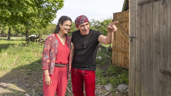 Fritz Fuchs (Guido Hammesfahr) und Yasemin (Sanam Afrashteh) sind dem Papagei gefolgt. Er führt sie zu einem geheimnisvollen Ort. | Rechte: ZDF/Ole Schwarz