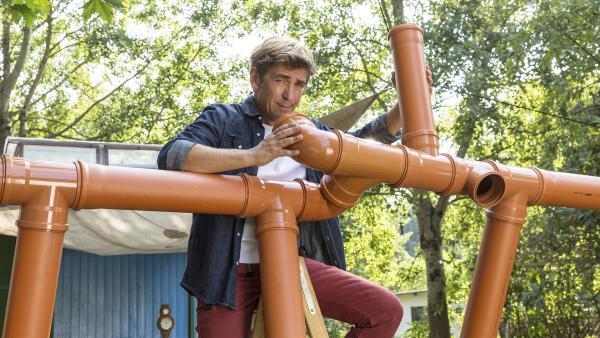 Fritz Fuchs (Guido Hammesfahr) baut ein ausgetüfteltes Bewässerungssystem für seinen Garten. Bevor er es fertigstellen kann, macht er eine außergewöhnliche Entdeckung. | Rechte: ZDF/Antje Dittmann