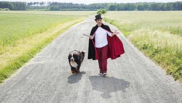 Fritz Fuchs (Guido Hammesfahr) und Hund Keks bereiten sich auf die große Zauber-Show vor. | Rechte: ZDF/Ole Schwarz