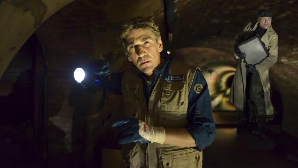 Fritz Fuchs (Guido Hammesfahr) nimmt in der Bärstädter Kanalisation die Spur des Juwelendiebes (Oli Bigalke) auf. | Rechte: ZDF/Antja Dittmann