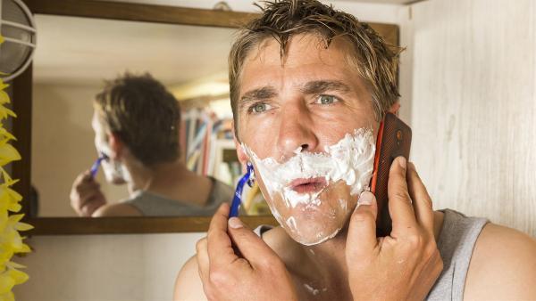 Fritz Fuchs (Guido Hammesfahr) bekommt während seiner Morgentoilette einen dringenden Anruf, und kurzerhand steht ein richtiger Stinkstiefel vor ihm. | Rechte: ZDF/Ole Schwarz