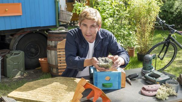 Kein Platz für den Spatz? Fritz Fuchs (Guido Hammesfahr) schafft mit Nisthäusern Abhilfe. | Rechte: ZDF/Ole Schwarz