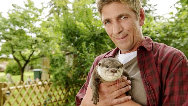 Fritz Fuchs (Guido Hammesfahr) und Otter Harvey bereiten sich auf ihren Werbespot vor. | Rechte: ZDF/Ole Schwarz