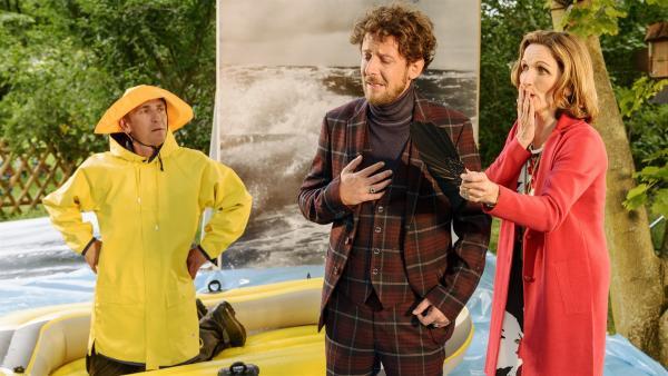 Für Regisseur Rebstock (Marian Meder, M.) geht beim Dreh für den Fischotter-Werbespot alles schief. Fritz Fuchs (Guido Hammesfahr, l.) und seine Schwester Suse (Eva Mannschott, r.) versuchen, ihn bei Laune zu halten.<br/> | Rechte: ZDF/Ole Schwarz