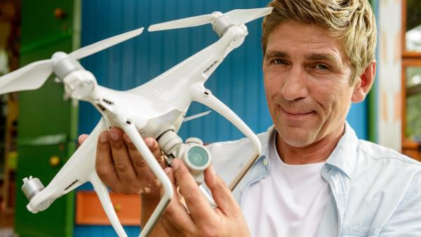 Fritz Fuchs (Guido Hammesfahr) ist eine Drohne in die Quere gekommen. Jetzt möchte er den Besitzer des fliegenden Auges ausfindig machen. Das ist gar nicht so einfach. | Rechte: ZDF/Antje Dittmann