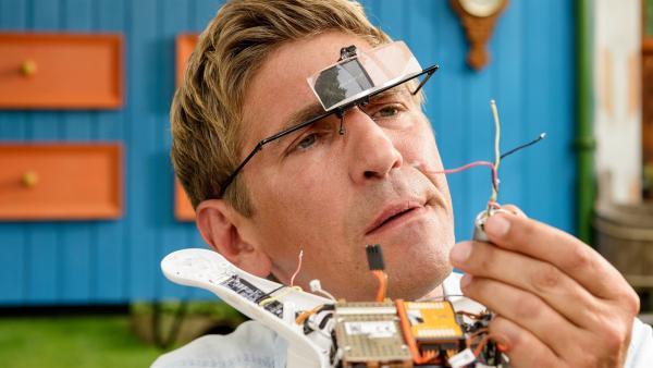 Fritz Fuchs (Guido Hammesfahr) hat einen ganz besonderen Plan, wie er den Besitzer der Drohne finden kann. | Rechte: ZDF/Antje Dittmann