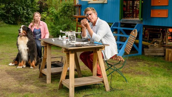 Fritz Fuchs (Guido Hammesfahr), seine Cousine Charlie (Géraldine Raths) und Keks entdecken eine zweite Drohne am Himmel. Wer ist der geheimnisvolle Drohnenpilot? | Rechte: ZDF/Antje Dittmann