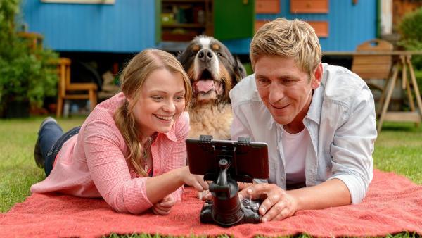 Fritz Fuchs (Guido Hammesfahr, r.), seine Cousine Charlie (Géraldine Raths l.) und Berner Sennenhund Keks haben einen genialen Plan ausgetüftelt.   Rechte: ZDF/Antje Dittmann