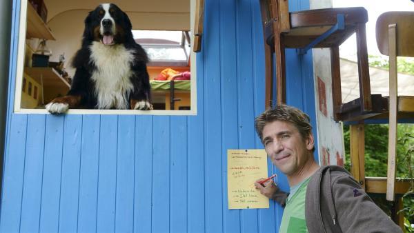 Fritz Fuchs (Guido Hammesfahr) arbeitet sich durch seine Liste. Er hat sich überlegt, was ein Lama alles braucht, um sich bei ihm genauso wohlzufühlen wie sein Hund Keks. | Rechte: ZDF/Antje Dittmann