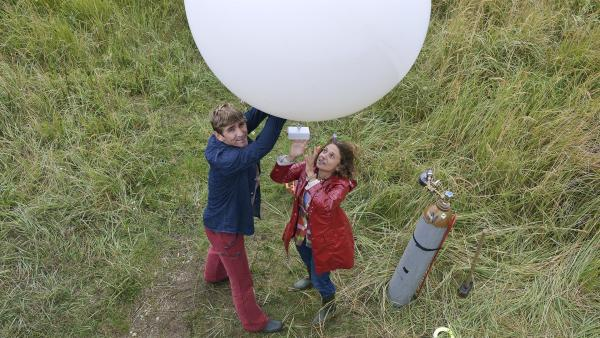 Fritz Fuchs (Guido Hammesfahr, l.) und die Forscherin Frau Mackelbatz (Adriana Altaras, r.) schicken einen Wetterballon los, um die herannahende Hagelfront zu erkunden. | Rechte: ZDF/Antje Dittmann