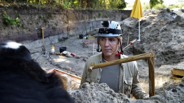 Fritz Fuchs (Guido Hammesfahr) ist ratlos. Wie kann er beweisen, dass er einer archäologischen Sensation auf der Spur ist? | Rechte: ZDF/Antje Dittmann