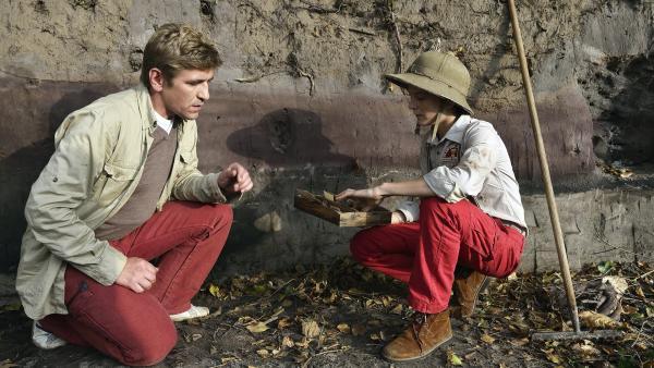 Jannis (Kristo Ferkic, r.) zeigt Fritz Fuchs (Guido Hammesfahr, l.), dass er unglaubliche Dinge bei der Grabung gefunden hat. | Rechte: ZDF/Antje Dittmann
