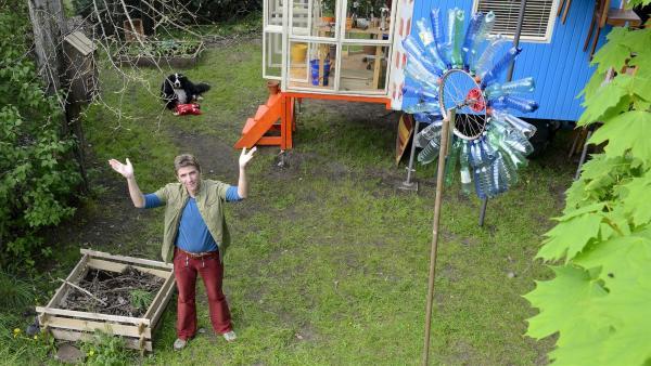 Fritz Fuchs (Guido Hammesfahr) soll seinen wilden Garten in einen Ziergarten verwandeln - das ist das Letzte, was er tun würde.   Rechte: KiKA/Bildredaktion