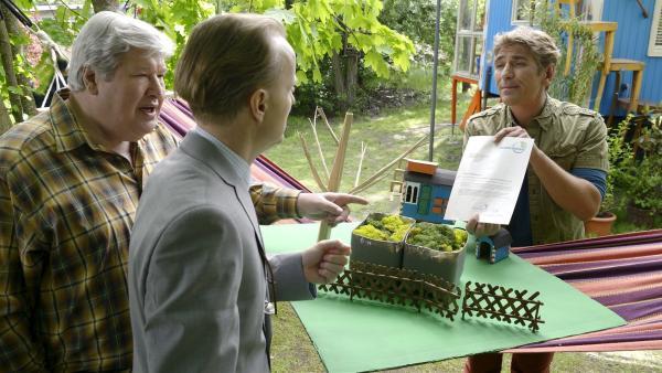 Mit raffinierten Ideen schafft es Fritz Fuchs (Guido Hammesfahr, r.), seinen Nachbarn Paschulke (Helmut Krauss, l.) und den pingeligen Ordnungsamtmann (Holger Handtke, Mitte) davon zu überzeugen, dass er seinen verwilderten Garten behalten kann.   Rechte: KiKA/Bildredaktion