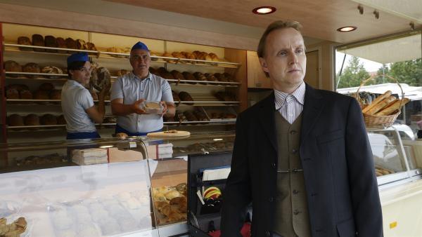 Kritische Blicke am Bäckerstand, Mario (Sebastian Urzendowsky, l.) und sein Vater (Hansa Czypionka, M.) beobachten den Marktstand von Fritz Fuchs. Auch Herr Kluthe (Holger Handtke, r.) wird aufmerksam. | Rechte: ZDF/Antje Dittmann