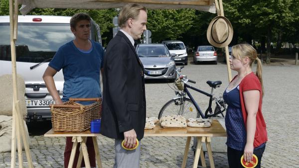 Schon wieder Streit! Fritz Fuchs (Guido Hammesfahr, l.) ist überrascht, wie sich Herr Kluthe (Holger Handtke, M.) mit seiner Cousine Charlie (Géraldine Raths, r.) anlegt. | Rechte: ZDF/Antje Dittmann