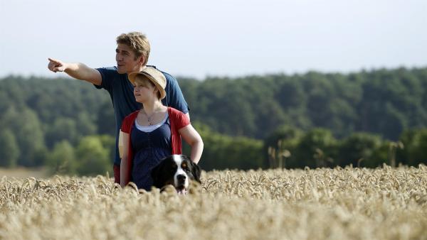 Fritz Fuchs (Guido Hammesfahr) und Cousine Charlie (Géraldine Raths) auf der Suche nach dem richtigen Korn für ihr selbst gebackenes Brot. | Rechte: ZDF/Antje Dittmann