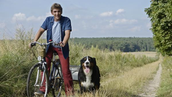 Fritz Fuchs (Guido Hammesfahr) und Keks unterwegs im Einsatz für die Hamster. | Rechte: ZDF/Antje Dittmann