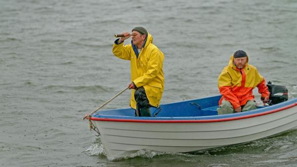Fritz Fuchs (Guido Hammesfahr, links) hat einen Hilferuf vom Ordnungsamtmann bekommen. Wo könnte er bloß sein, hier auf dem offenen Meer? Der Bootsführer (Frank Kühn, rechts) kennt sich auf dem Wattenmeer aus. | Rechte: ZDF/Antje Dittmann
