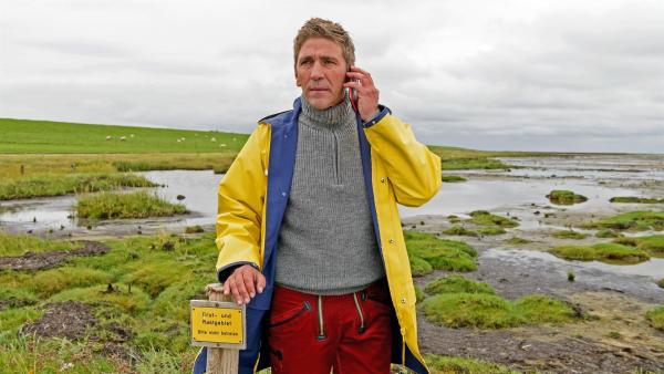 Fritz Fuchs (Guido Hammesfahr) merkt, dass Herr Kluthe in großer Gefahr schweben muss. Er ist ins Watt gegangen und meldet sich nicht mehr. | Rechte: ZDF/Antje Dittmann
