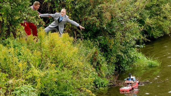 Sie haben es gefunden: Fritz Fuchs (Guido Hammesfahr, l.) und Herr Kluthe (Holger Handtke, r.) sind kurz davor, ihr wertvolles Kameraboot aus der Bärlau zu fischen. | Rechte: ZDF/Antje Dittmann