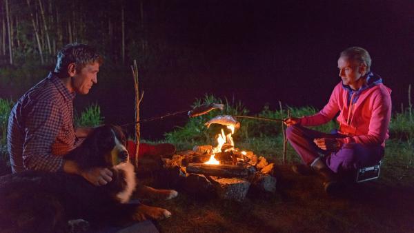 Nachts am Fluss hoffen Fritz Fuchs (Guido Hammesfahr, l.) und Ordnungsamtmann Kluthe (Holger Handtke, r.) dass sie das entwischte Kameraboot doch noch im Flüsschen Bärlau finden. | Rechte: ZDF/Antje Dittmann