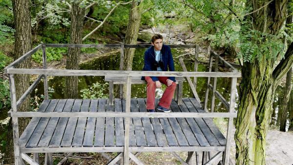 Vom Aussichtspunkt aus hält Fritz Fuchs (Guido Hammesfahr) Ausschau nach Justin, dem Biber. | Rechte: ZDF/Antje Dittmann