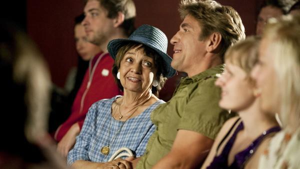 Eine Zaubershow, wie aufregend! Fritz Fuchs (Guido Hammesfahr, Mitte) hat seiner Oma Ilse (Us Conradi, links) ein besonderes Geschenk gemacht. | Rechte: ZDF/Antje Dittmann