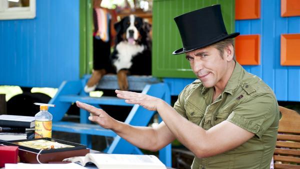 Fritz Fuchs (Guido Hammesfahr) wird selbst zum Zauberer und beschäftigt sich mit einem undurchsichtigen Magier. | Rechte: ZDF/Antje Dittmann