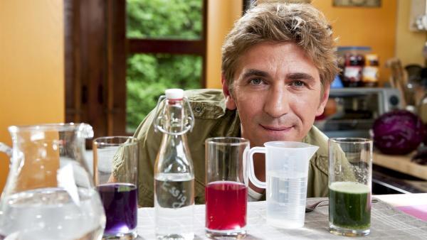 Zaubertricks aus der Wissenschaft, Fritz Fuchs (Guido Hammesfahr) hat ganz schön was drauf. | Rechte: ZDF/Antje Dittmann