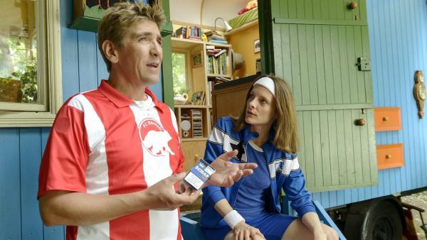 Fritz Fuchs (Guido Hammesfahr, links)  hat einen schweren Verdacht:<br/>Hat die Trainerin (Anne Ratte-Polle) des Derby-Gegners etwa dem Torwart der D-Jugend die Zigaretten in die Tasche geschmuggelt, damit er nicht mitspielen kann?   Rechte: ZDF/Antje Dittmann