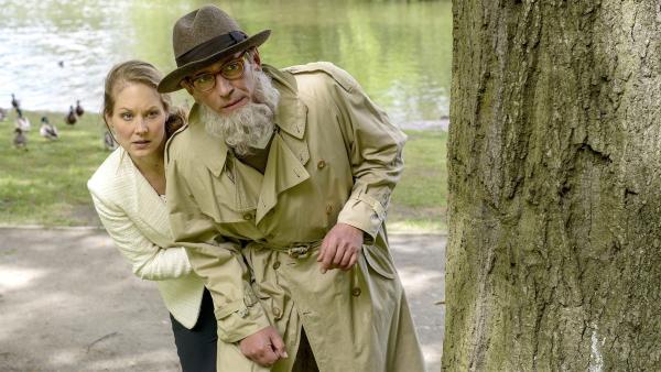 Fritz Fuchs (Guido Hammesfahr, rechts) hilft Dorle (Tessa Mittelstaedt, links) inkognito bei der Suche nach Gans Gloria, die auf seltsame Weise verschwunden ist. | Rechte: ZDF/Antje Dittmann