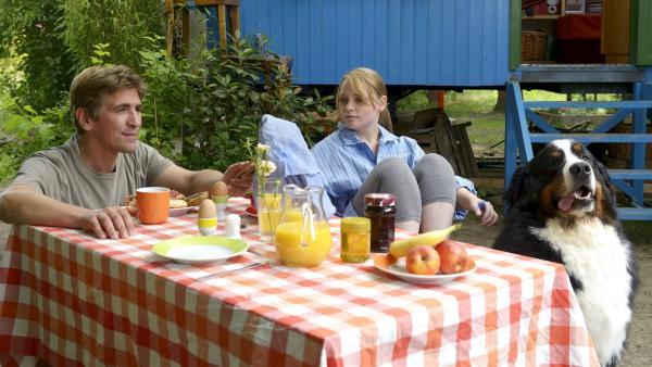 Fritz (Guido Hammesfahr, links), seine Cousine Charlie (Géraldine Raths, rechts) und Keks hecken am Frühstückstisch einen Plan aus, wie sie dem Glück auf die Schliche kommen können. | Rechte: ZDF/Antje Dittmann